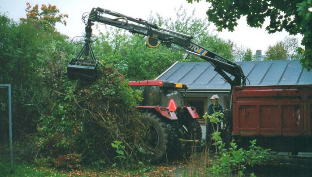 Risujen poisvienti traktorilla